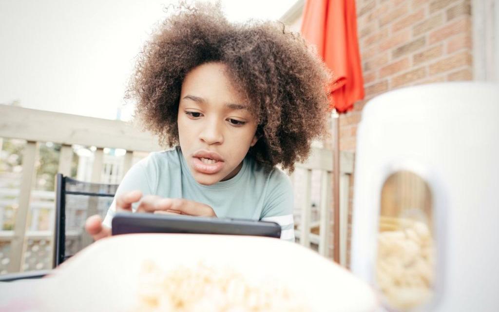 Az online ragadozóktól az adatvédelemig – Hogyan védjük meg gyermekeinket az internet veszélyeitől?