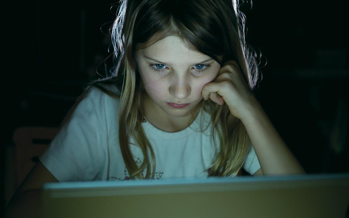 Elzombisodott gyerekek a képernyők előtt