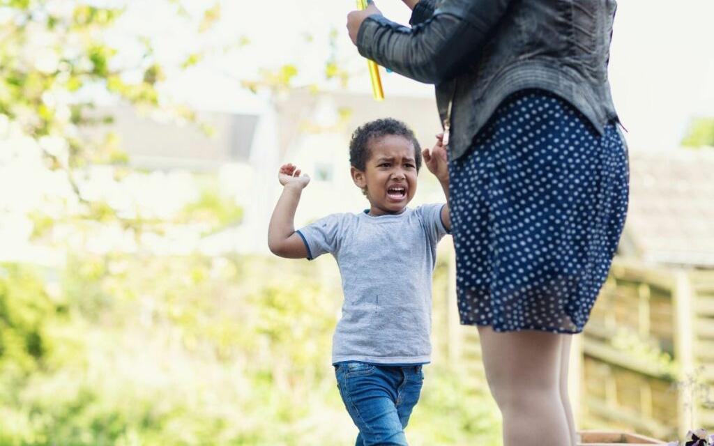 Miért üt és harap a kisgyerek, és hogyan szoktassuk le róla?