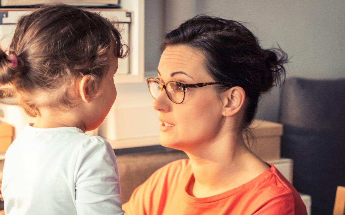 Miért és hogyan kérjünk bocsánatot a gyerekünktől?