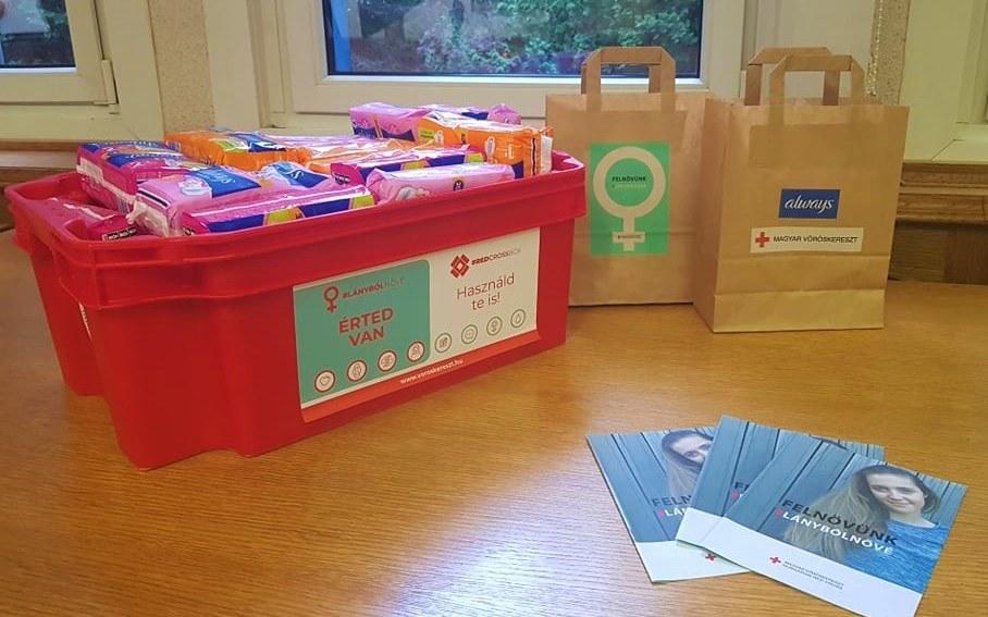 A Vöröskereszt több tízezer csomag intimbetétet juttat el az iskolákba